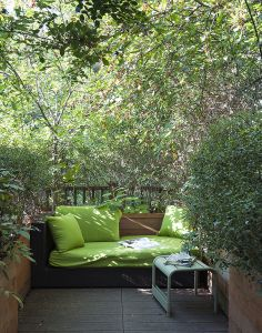 Leafy reading nook on a roof terrace