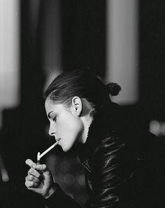 Kristen Source Fansite About Kristen Stewart: Photo Kristen Stewart Hair, Kirsten Stewart, Women Smoking, Girl Smoking, Rubin Rose, Bella Swan, Instyle Magazine, Cyberpunk 2077, Twilight Saga
