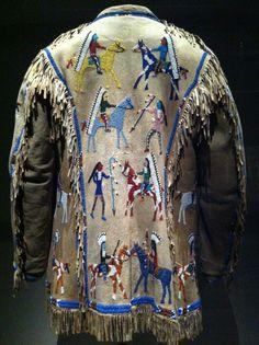 Manteau d'homme - 1920 artiste Lakota © Buffalo bill center of the west, don de mrs Howell - 2014 American Apparel Style, Native American Clothing, Native American Crafts, Native American Artifacts, Native American Beadwork, Native American Indians, Plains Indians, Cowboys And Indians, Beaded Jacket