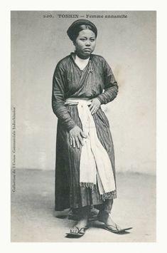 Áo dài Việt Nam vừa kín đáo, vừa tôn lên dáng vẻ thước tha mềm mại của người phụ nữ Việt Nam. Trước những năm 1970, áo dài là trang phục hàng ngày của chị em phụ nữ. Áo dài biến hóa linh hoạt từ kiểu dáng, chất liệu đến họa tiết.