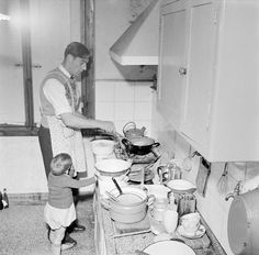 Voetballer aan het koken / A footballer cooking a meal....April 1953