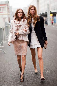 Olivia Palermo e Bianca Brandolini andando pelas ruas de Paris de mãos dadas: não tem para mais ninguém!!! Fotos: Stockholm