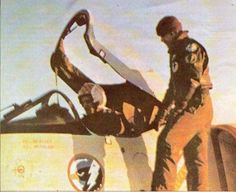 Capitán de Corbeta Carlos Maria Zubizarreta, fotografiado en lo que seria la última misión de su vida el 23 de Mayo de 1982 en su A-4Q matricula 3-A-306 fallecido en un accidente al regresar de dicha misión que consistio en un ataque a buques en al Bahia de San Carlos.