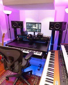 musicianlifeofficial_58978596_1531433323654857_8583063612157023958_n @musicianlifeofficial #devenirbeatmaker #homestudio #hardware #beatmaker #beatmaking #compositeur #musicproducer #productionmusicale #musicproduction #audio #studiotour #producerdesk #bedroomproducers Studio Room Design, Home Studio Setup, Music Studio Room, Dream Studio, Home Room Design, Dream Home Design, Configuration Home Studio, Computer Desk Design, Recording Studio Setup