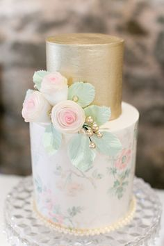 Floral and gold cake  we ❤ this!  moncheribridals.com   #weddingcake #goldweddingcake #floralweddingcake