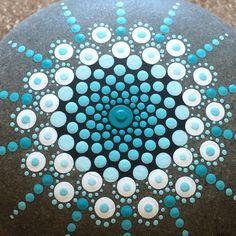 Deze stenen zijn hand geplukt van de oevers van Lake Ontario, zorgvuldig gekozen voor hun unieke ronde vorm. Deze prachtige rots is hand geschilderd met acrylverf en verzegeld met 2 jassen van sealer als duurzaam binnen en buiten. Elke rots heeft een gedetailleerde, handgeschilderd, een van een soort patroon. Ze zijn een geweldige aanvulling op elke bloementuin. Maak mooie Papiergewichten of deur stopt zo goed! Deze rots is 3. x3 x 1