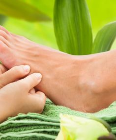 Ayurvedic massages have an incredible impact on ailments. Here is a simple Ayurvedic foot massage to help you relieve stress on a daily basis. Massage Tips, Thai Massage, Massage Benefits, Massage Techniques, Foot Massage, Natural Treatments, Natural Remedies, Reflexology Massage, Live
