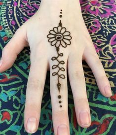 Je serai au New Morning Marke … this new # tablecloth in the background # henna. I'll be at the New Morning Marke … Mehndi Designs, Small Henna Designs, Henna Hand Designs, Hena Designs, Henna Tattoo Designs Simple, Beginner Henna Designs, Bridal Henna Designs, Beautiful Henna Designs, Mandala Tattoo Design