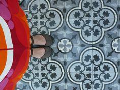 MOZA cementlapok és a piros szoknya ;) Cement, Tile Floor, Flooring, Texture, Crafts, Surface Finish, Manualidades, Tile Flooring, Wood Flooring