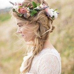 ¿Sabes ya cuales son los mejores peinados para llevar corona? ➡ blog.lamasmona.com #corona #coronadeflores #trenza #hairstyle #fashionblog #instafashion #peinado #peinados #braids