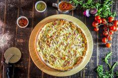 Pizza Restaurant, Mozzarella, Hummus, Bacon, Ethnic Recipes, Food, Pizza House, Pizza Company, Hoods