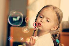 niedliches kleines Mädchen mit 2 geflochtenen Zöpfen