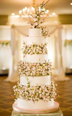 Weddbook ♥ torta de boda elegante con flores comestibles