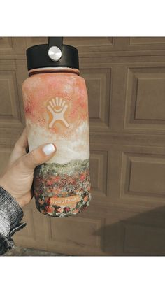 Hydro Flask makes double wall vacuum insulated stainless steel water bottles backed by a lifetime warranty. Water Bottle Art, Cute Water Bottles, Water Bottle Design, Wine Bottles, Hydro Painting, Bottle Painting, Hydro Flask Water Bottle, Mellow Yellow, Tumblr