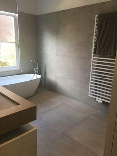 Badezimmer in Betonoptik kronos prima materia, Bathroom Spa, Bathroom Interior, Modern Bathroom, Small Bathroom, Hotel Bathrooms, Bathroom Remodeling, Remodeling Ideas, Bad Inspiration, Bathroom Inspiration