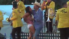 """VIDEO: Alcalde que """"robó poquito"""" levanta vestido de joven durante fiesta de cumpleaños"""
