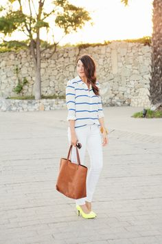White + neon via Kendi Everyday White Pants, White Denim, Bright Shoes, Orange Shoes, Daily Dress, Looks Chic, Chic Outfits, Everyday Fashion, Spring Summer Fashion