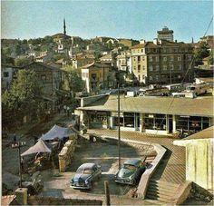 Görünen Camii Hacıbayram Camii ve Çok Katlı Bina Ulus İşhanı, Semt İse İsmetpaşa Mahallesi. Sokak Roma Hamamının Karşısından Girilen Sokak 1960