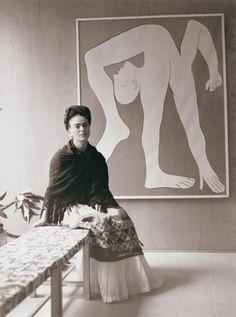 "Frida Kahlo sitting next to Pablo Picasso's ""Acrobat"" serigraph, photographed by Manuel Álvarez Bravo at the Modern Art Society. - Frida Kahlo sitting next to Pablo. Diego Rivera, Frida E Diego, Frida Art, Pablo Picasso, Picasso Art, Famous Artists, Great Artists, Painting & Drawing, Art Society"