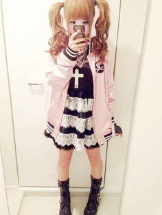 Kawaii Inspired Lolita Pastel Goth Look - http://ninjacosmico.com/25-pastel-goth-looks-inspire/4/