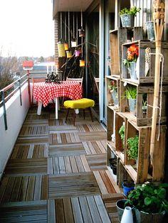 Regal aus Kisten für den Garten.