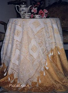 The tablecloth is literally dotted with applications in various subjects filet with embroidery and cutwork.