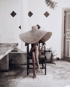 An oversized straw hat is the perfect summer vacation accessory idea Bikini Shop, Foto Picture, Vintage Outfits, Vintage Wardrobe, Sunday Outfits, Summer Outfits, Jacquemus, Photo Portrait, Foto Art