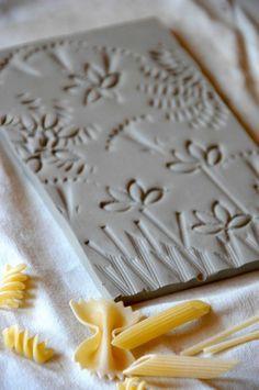 Uma idéia simples e brilhante que pode ser utilizada em atividades individuais e de grupos: usar massas para criar texturas e fazer arte!O blog ArtAscuola....
