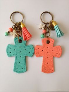 Bolos y recuerdos para Bautizo y Primera Comunion Diy Jewelry Projects, Craft Projects, Diy And Crafts, Arts And Crafts, Bible Crafts For Kids, Baby Girl Baptism, Christian Crafts, Diy Keychain, Keychains