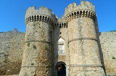Veja 10 cidades medievais que você não pode perder Rhodes-Grecia Dubrovnik, Medieval City, Pisa, Rhodes, Building, Travel, Medieval Town, Travel Photos, Cities