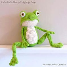 This is Fritz the Frog. He is very flexible (especially his legs) and is fond of yoga. But he also loves to lay down and relax in the grass. Or even better… in your bed! Crochet Frog, Crochet Mandala Pattern, Crochet Dragon, Cute Crochet, Crochet Toys, Crochet Patterns, Frog Crafts, Halloween Crochet, Crochet Baby Booties