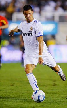 Cristiano Ronaldo es una jugador de futbol.  El es muy bueno en su deporte.