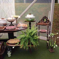 O restante da composição de mobiliários pra mesa dos doces.. 🌿🌿🌿 simplicidade e delicadeza. #bohowedding #weddingdecor #asfloristasdecor #mesadosdoces #mobiliarioparaeventos #locacaodemoveis #minimaldecor