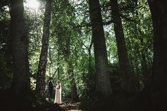 Säröbröllop med porträtt i Särö Västerskogs naturreservat. Brudparet under träden. #fotografdavidberg #davidbergphotography