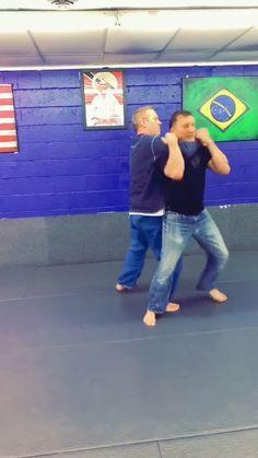 Krav Maga Self Defense, Self Defense Moves, Self Defense Martial Arts, Bruce Lee Abs Workout, Boxing Training Workout, Martial Arts Techniques, Self Defense Techniques, Martial Arts Workout, Martial Arts Training