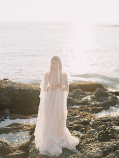 Romantyczny nadmorski ślubny inspiracje | Galeria Carmen Santorelli Fotografia | Czytaj więcej - http://www.100layercake.com/blog/wp-content/uploads/2015/04/romantic-seaside-bridal-inspiration