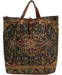 Borsa shopping dalla linea allungata in tessuto stampato effetto tappeto con dettagli in cuoio.