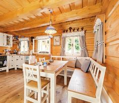 V kuchyni se chalupáři rozhodli pro bílý nábytek, který kontrastuje se světlým dřevem na stěnách, stropu a podlaze. Jako doplňkovou barvu zvolila Iva modrou – na porcelánu, lampě i bytovém textilu Cottage Interiors, Pergola, Ikea, Sweet Home, Cabin, Rustic, Dining, Interior Design, Kitchen