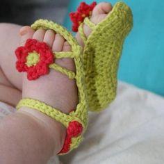 Anneler! Bebeğinize yeni yıla girmeden, kendi emeğinizle minik bir patik örmek istemez misiniz? :)
