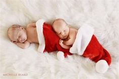 Ensaio newborn (recém-nascido) de Natal: gêmeos dormindo dentro do gorro do Papai Noel!