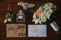 Свадебное приглашение в крафт-конверте и букет невесты