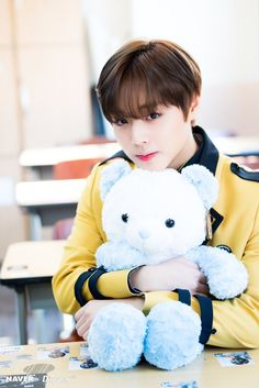 i want that beeaarr ❤ and i want to be like that bear, being hugged by jihoon ❤