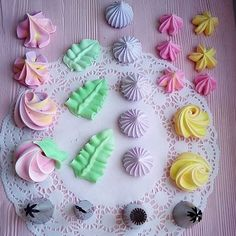 My favorite piping tips for meringues! Alle diese Tipps finden Sie auf unserer Website ww… My favorite piping tips for meringues! You can find all these tips on our website ww … – – - Cake Decorating Piping, Cookie Decorating, Royal Icing Flowers, Frosting Flowers, Decorator Frosting, Cake Piping, Frosting Tips, Cupcake Frosting Techniques, Buttercream Frosting