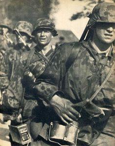 """1940, France, Waffen-SS autrichiens du SS-Standarte """"Der Führer"""" de la SS-Division """"Verfügungstruppe"""" (connue plus tard sous le nom de 2. SS-Panzer Division """"Das Reich"""")"""