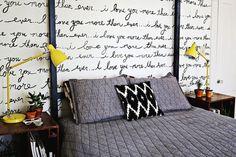 scritta sulla parete dietro al letto