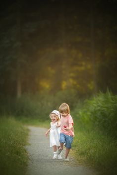 Come with me, little Sister Cute Baby Couple, Cute Baby Girl Images, Little Girl Photos, Cute Baby Pictures, Sister Photography, Cute Kids Photography, Teenage Girl Photography, Photography Pics, Cute Cartoon Girl