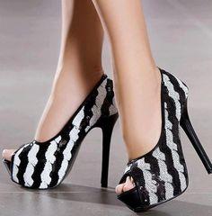 Las combinaciones de blanco y negro también las puedes llevar en tus zapatos