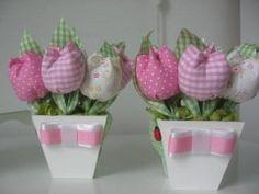 Mais sugestões para decorar a festa para o Dia das Mães!!!       A ideia é usar o vaso com flores de fuxico para decorar as mesas   no Di...