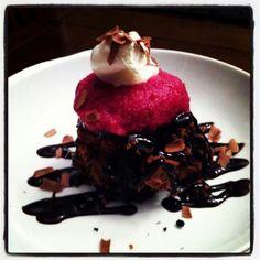 Chocolate cheesecake with pomegranate sorbet Chocolate Cheesecake, Sorbet, Pomegranate, Panna Cotta, Ethnic Recipes, Food, Chocolate Chip Cheesecake, Granada, Dulce De Leche