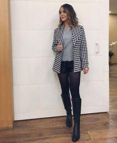Gostei muito de combinar o blazer P&B, shorts de couro preto, meia-calça e bota de cano longo! Ficou tão estiloso e moderno esse look.